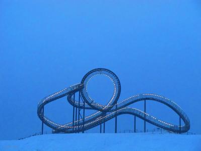 achterbahn im schnee - blaue stunde